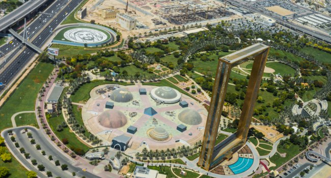 ОАЭ. Рамка Дубая. Aerial view of the Dubai Frame skyscraper and the Zabeel Park. Dubai. UAE. Фото Kesu01 - Depositphotos