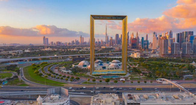 ОАЭ. Рамка Дубая в Забиль парке. Aerial view of Dubai Frame, Downtown skyline. Dubai. UAE. Фото tampatra@hotmail.com - Depositphotos