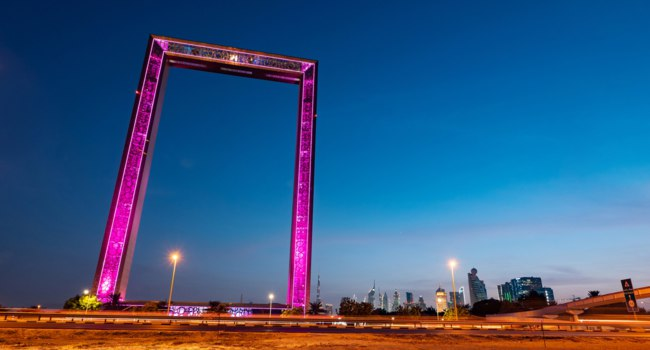 Рамка Дубая. Dubai Frame view at blue hour, the biggest golden picture frame, architectural landmark in Zabeel Park. Dubai. UAE. Фото pio3 - Deposit
