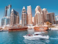 ОАЭ. Дубай Марина. Cruise boat transports tourists on a tour of the Dubai Marina. Dubai. UAE. Фото frantic00 - Depositphotos