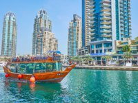 ОАЭ. Дубай. Район Дубай Марина. Enjoy dhow boat cruise along the modern Dubai Marina in Dubai. Фото efesenko - Depositphotos