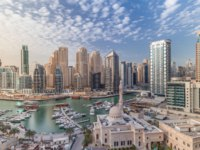 Yachts in Dubai Marina flanked by the Al Rahim Mosque and residential towers. Dubai. UAE. Фото neiezhmakov - Depositphotos