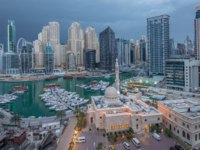 Yachts in Dubai Marina flanked by the Al Rahim Mosque and residential towers. Dubai. UAE. Фото neiezhmakov - Deposit