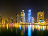 ОАЭ. Дубай Марина. Panoramic evening skyline of the fashionable district of Dubai Marina in Dubai. Фото efesenko - Depositphotos