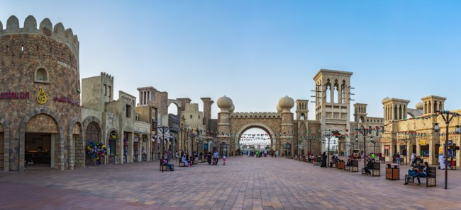 ОАЭ. Дубай. Всемирная деревня. Panorama of the Entertainment center Global Village. Dubai. UAE. Фото Observer - Depositphotos