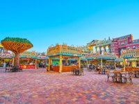 ОАЭ. Дубай. Всемирная деревня. The food court of Yemen pavilion of Global Village Dubai with small stalls, tables and chairs in Dubai. Фото efesenko - Depositphotos
