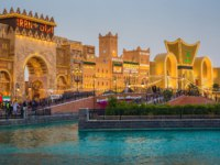 ОАЭ. Дубай. Всемирная деревня. Canal in the park entertainment center Global Village. Dubai. UAE. Фото Observer - Depositphotos