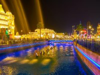 ОАЭ. Дубай. Всемирная деревня. Enjoy the fountains on canal of Global Village in the evening lights in Dubai. Фото efesenko - Depositphotos