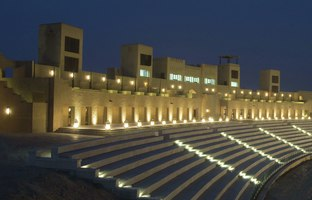 Клуб путешествий Павла Аксенова. ОАЭ. Эмират Дубай. JA Al Sahra Desert Resort. Al Sahra Amphitheatre at night