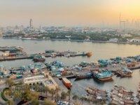 ОАЭ. Дубай. Канал Крик. Dubai creek landscape timelapse with boats and ship in port. Dubai. UAE. Фото neiezhmakov - Depositphotos