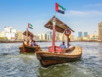 ОАЭ. Дубай. Канал Крик. Traditional Abra ferries along Dubai Creek. Dubai. UAE. Фото bennymarty - Depositphotos