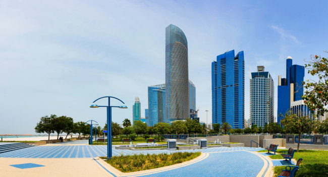 ОАЭ. Абу-Даби. Abu Dhabi cityscape view from the promeade. Фото CreativeFamily - Depositphotos