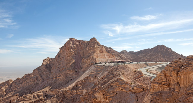 ОАЭ. Абу-Даби. Jebel Hafeet mountains in the outskirts of Al Ain, Emirate of Abu Dhabi, UAE. Фото philipus -Depositphotos