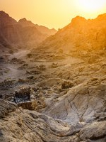 ОАЭ. Рас-эль-Хайма. Хаджарские горы. Ruins of an ancient village in the mountains of Ras Al Khaimah, UAE. Фото alexeys - Depositphotos