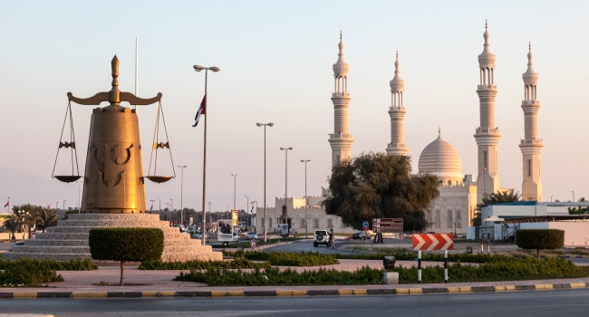 Клуб путешествий Павла Аксенова. ОАЭ. Рас-эль-Хайма. Roundabout with scales of justice statue in Ras Al Khaimah. Фото philipus - Depositphotos