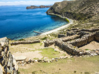 Боливия. Озеро Титикака. Inca Ruins of Isla del Sol, Bolivia with view to lake Titicaca. Фото Hackman - Depositphotos