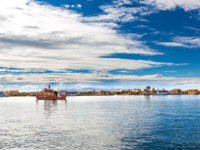 Перу. Озеро Титикака. Traditional reed boat lake Titicaca, Peru, Puno, Uros, South America, Floating  Islands. Фото vitmarkov - Depositphotos