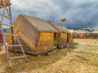 Перу. Озеро Титикака. Hand made houses in Uros with solar panels, artificial islands made of floating reeds, Peru, South America. Фото pxhidalgo - Depositphotos