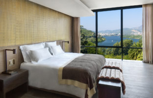 Клуб путешествий Павла Аксенова. Португалия.  Six Senses Douro Valley. Quinta Panorama Suite bedroom