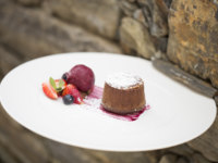Клуб путешествий Павла Аксенова. Португалия.  Six Senses Douro Valley. Chocolate_fondant_red_fruits_sauce_ice_cream_