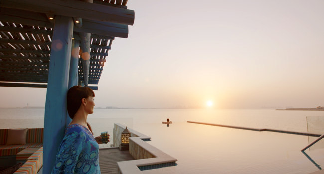 Клуб путешествий Павла Аксенова. Banana Island Resort Doha by Anantara. Overwater Villa sunset couple