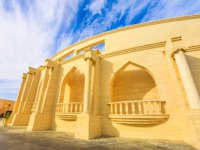 "Катар. Доха. Этнографическая деревня ""Катара"". Side view of Katara Amphitheatre, a classical Greek theatre in Katara Village in Doha. Фото bennymarty - Depositph"
