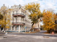 Россия. Архитектура Астрахани. View of the empire beautiful ancient house in the autumn afternoon. City architecture. Astrakhan. Фото serg6legion - Depositphotos