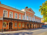Россия. Архитектура Астрахани. Facade drama theater and the street in front of the theater. Astrakhan. Russia. Фото truba71.gmail.com - Depositphotos