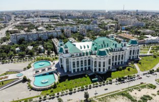 Россия. Астрахань. Театр оперы и балета. Astrakhan State Opera and Ballet Theater. View from above. Russia. Фото shanek-08 - Depositphotos