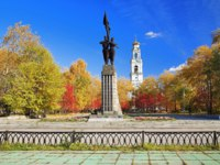 Екатеринбург. Памятник Комсомолу Урала. Monument Komsomol of Ural and the bell tower of the Ascension Church in Yekaterinburg. Фото markovskiy-Deposit