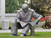 Sculpture of Steelmaker reading a newspaper, in the garden of Journalists' House. in 1980 by A.Antonov for the Urals Worker Publishing House. Фото markovskiy-Dep