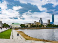 Россия. Панорама Екатеринбурга. View of the city pond and Yekaterinburg city. Russia. Фото vlerijse - Depositphotos