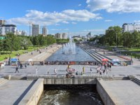 Парки Екатеринбурга. View from the Dam of the city pond over the Historical Square with fountains at the end of summer day. Фото markovskiy - Depositphotos