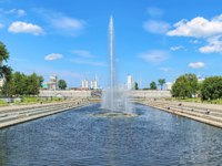 Россия. Парки Екатеринбурга. The Historical square of Yekaterinburg with fountains at the Dam of the city pond, Russia. Фото markovskiy - Depositphotos