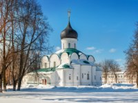 Золотое кольцо России. Александров. Trinity Cathedral with a black dome in the Alexander Sloboda on a sunny winter day. Фото yulenochekk - Depositphotos