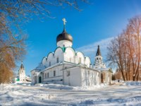 Золотое кольцо России. Александров. White temples in the blue sky in the Alexander Sloboda on a sunny winter day. Фото yulenochekk - Depositphotos