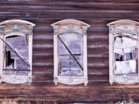Золотое кольцо России. Гороховец. Broken windows, plywood instead of glass. Three windows with decorative wood carving frame. Folk style. Фото Orininskaya-Dep