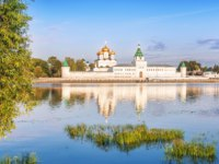 Кострома. Ипатьевский монастырь. Ipatiev Monastery and its reflection in the river in the city of Kostroma in the light of the morning rays. Фото yulenochekk-Deposit
