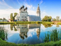 Золотое кольцо России. Кострома. Resurrection Church and its reflection in a pond in the village of Susanino, Kostroma Region,. Фото yulenochekk-Deposit