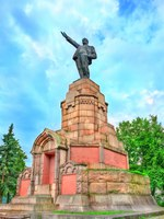 Золотое кольцо России. Кострома. Soviet monument to Vladimir Lenin in Kostroma, the Golden Ring of Russia. Фото Leonid_Andronov - Depositphotos