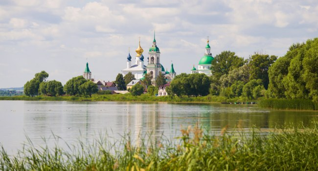 Россия. Ростов Великий. Spaso-Yakovlevsky Dmitrovsky Monastery in the July landscape. Rostov the Great, Golden Ring of Russia. Фото sikaraha - Depositphotos