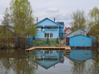 Россия. Переславль-Залесский. The wooden dwelling house in river and the Russian town of Pereslavl. Russia. Фото rogkoff - Depositphotos