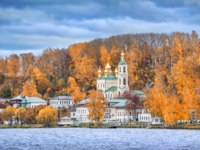 Золотое кольцо России. Плес. Resurrection Church and houses on the waterfront in autumn Plyos. Water of the Volga River. Фото yulenochekk - Depositphotos