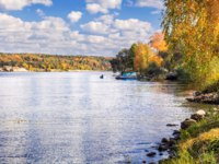 Золотое кольцо России. Плес. The Volga River in the town of Ples is silver in a clear autumn day and the boat is far away. Фото yulenochekk - Depositphotos