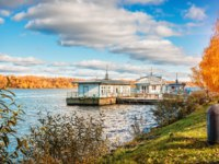 Золотое кольцо России. Плес. View of the Volga river in Plyos and the wooden building of the pier on the water near the shore. Фото yulenochekk-Dep