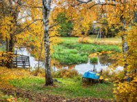 Золотое кольцо России. Плес. The blue boat lies on the bank of the river Shokhonka in the autumn Plyos. Фото yulenochekk - Depositphotos