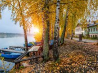 Золотое кольцо России. Плес. Cobblestone embankment of the Volga in the early gray morning in a red autumn Ples and blue boats. Фото yulenochekk-Deposits