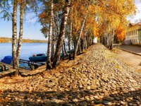Золотое кольцо России. Плес. Cobblestone embankment of the Volga and residential buildings in the town of Plyos bright golden golden autumn. Фото yulenochekk-Dep