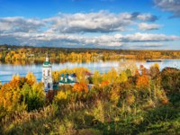Плес. View of the Volga and Varvarinskaya church from Mount Levitan in the autumn sunny day in Plyos. Фото yulenochekk - Depositphotos