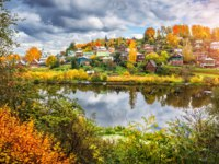 Золотое кольцо России. Плес. The Shokhonka River in Plyos in the autumn decoration and many small houses in the town. Фото yulenochekk - Depositphotos